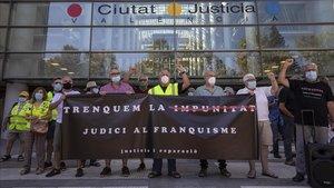 Concentración València para celebrar la declaración de Martín Villa y reclamar el fin de la impunidad para los crímentes del franquismo y la transición