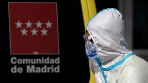 Traslado de enfermos del hospital Doce de octubre de Madrid, este miércoles.