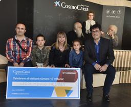 Lidia Hinojo y sufamilia, junto a Lluís Noguera (derecha), el director deCosmoCaixa, en Barcelona.