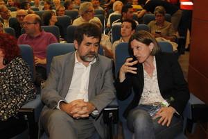Carme Forcadell habla con Jordi Sánchez, el pasado mayo en Barcelona.