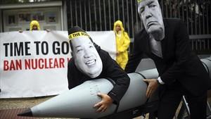Activistas de la Campaña Internacional para Abolir las Armas Nucleares, ganadora del Nobel de La Paz 2017.