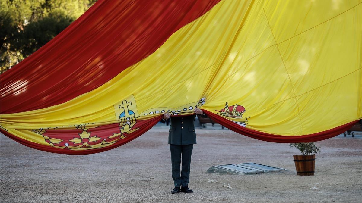 Acto del solemne izado de la bandera en la plaza de Colón.