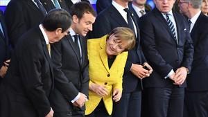 El presidente de Chipre, Nicos Anastasiades (izquierda), el francés, Emmanuel Macron, y la cancillera alemana, Angela Merkel, en la cumbre europea de Bruselas