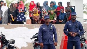 zentauroepp41930792 maldivian police officers stand guard near the mdp maldives180207133717