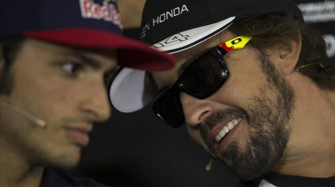 c41d1e919c Fernando Alonso, a la derecha, le hace un comentario a su amigo Carlos  Sainz Jr., en Abu Dabi. / EFE / ALEJANDRO GARCÍA