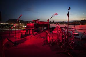 Aspecto de la terraza del Museu por la noche antes de la actuación.