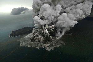 El volcà fill del Krakatoa entra en erupció
