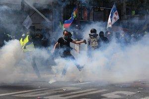 Un momento de los enfrentamientos entre la Policia manifestantes el Primero de Mayo en París.