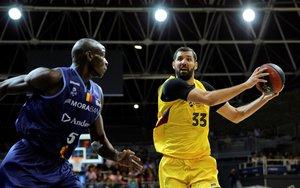 El barcelonista Mirotic intenta superar a Sy en el partido ante el Morabanc Andorra.