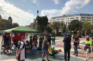 Trabajadores de Acciona acampan en plaza Catalunya en señal de protesta contra los 500 despidos anunciados por la compañía.