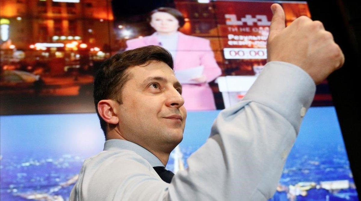 El actor y candidato a la presidencia de Ucrania Volodymyr Zelenskiy saluda a sus seguidores, el 31 de marzo del 2019 en Kiev, tras conocer los resultados de la primera vuelta de las elecciones.