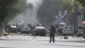 Coches dañados en el sitio del atentadosuicida,con furgoneta bomba en el centro de Kabul, Afganistán.