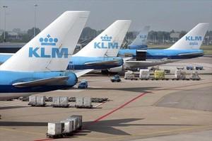 Aviones de KLM estacionados en el aeropuerto de Amsterdam.