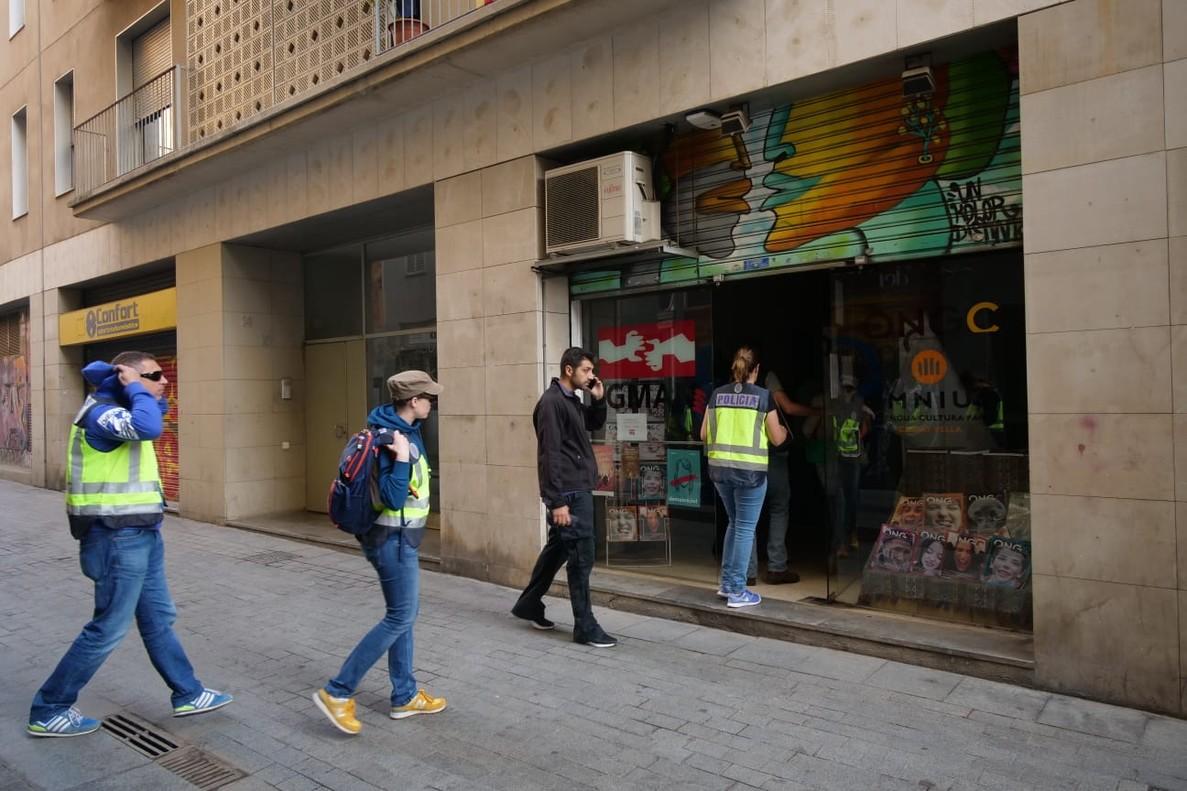 >Agentes de la Policía Nacional entran en la sede de la Fundació CATmón.