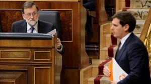Albert Rivera pasa ante Mariano Rajoy en el hemiciclo del Congreso