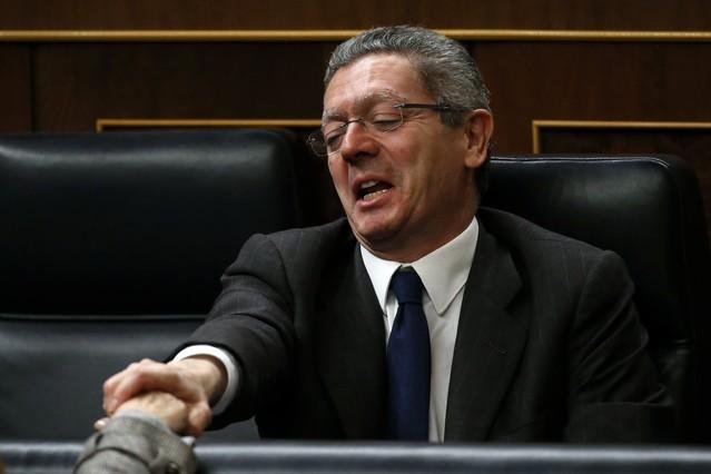 Alberto Ruiz-Gallardón és felicitat després de la votació que va rebutjar la retirada de la reforma de la llei de l'avortament, dimarts.