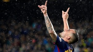 Alcácer celebra su segundo gol al Sevilla poco antes de ser sustituido.