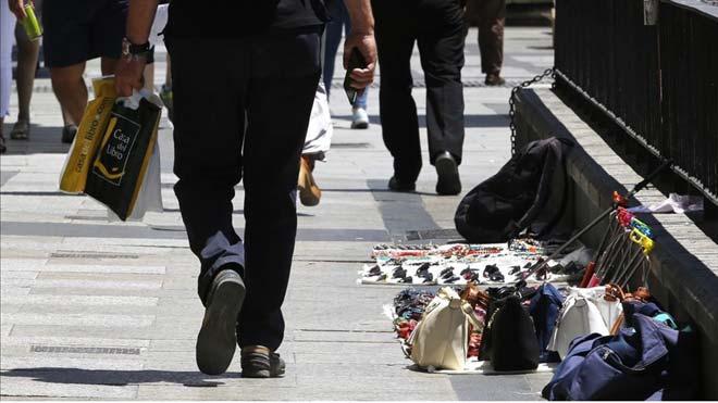Almeida avanza que la Policía intervendrá contra 'top manta' en Madrid.