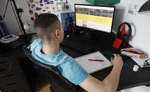 Un alumno de tercero de ESO hace las tareas escolares con su ordenador en casa, el 14 de abril.