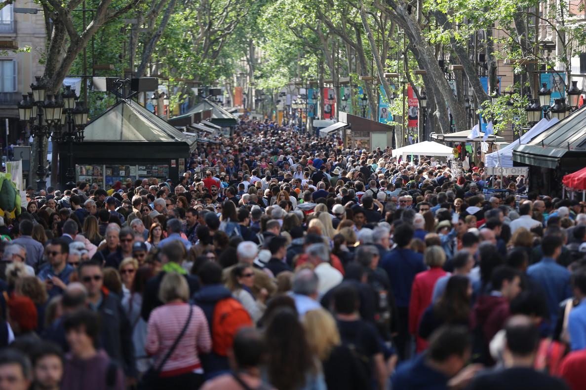 Ambiente en laRambla de Barcelonadurante ladiada de Sant Jordi.