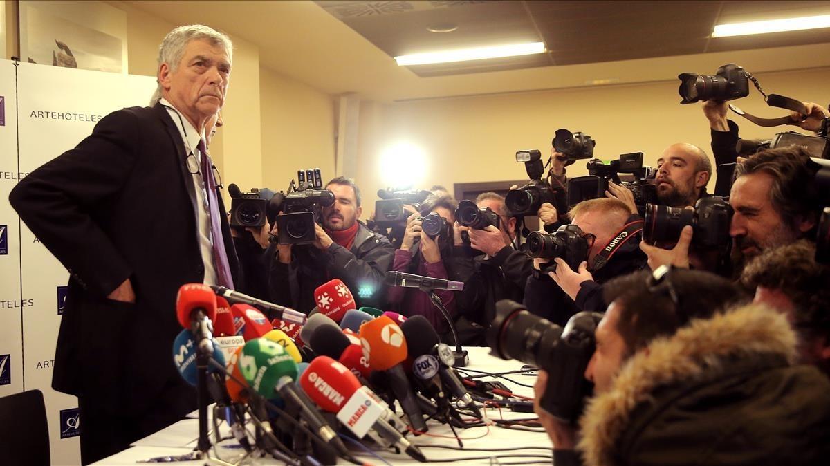 Ángel María Villar posa para los fotógrafos antes de ofrecer una rueda de prensa este lunes.