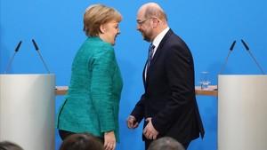 Angela Merkel y Martin Schulz, tras la rueda de prensa de presentación del acuerdo de gobierno, en Berlín.