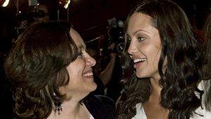 Angelina Jolie y su madre, en julio del 2001, en Los Ángeles.
