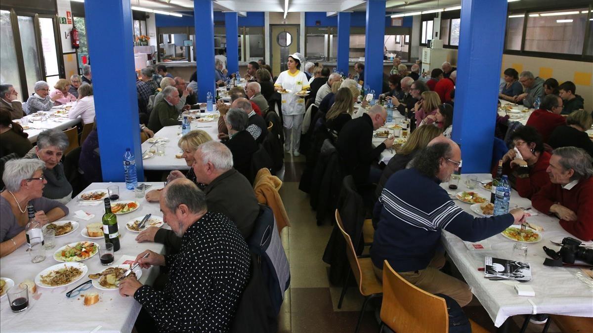 Antiguos trabajadores de Bruguera en el centre cívic Coll Bruguera.