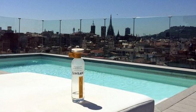 La ginebra Ginraw, concebida y elaborada en Barcelona, con la ciudad al fondo.
