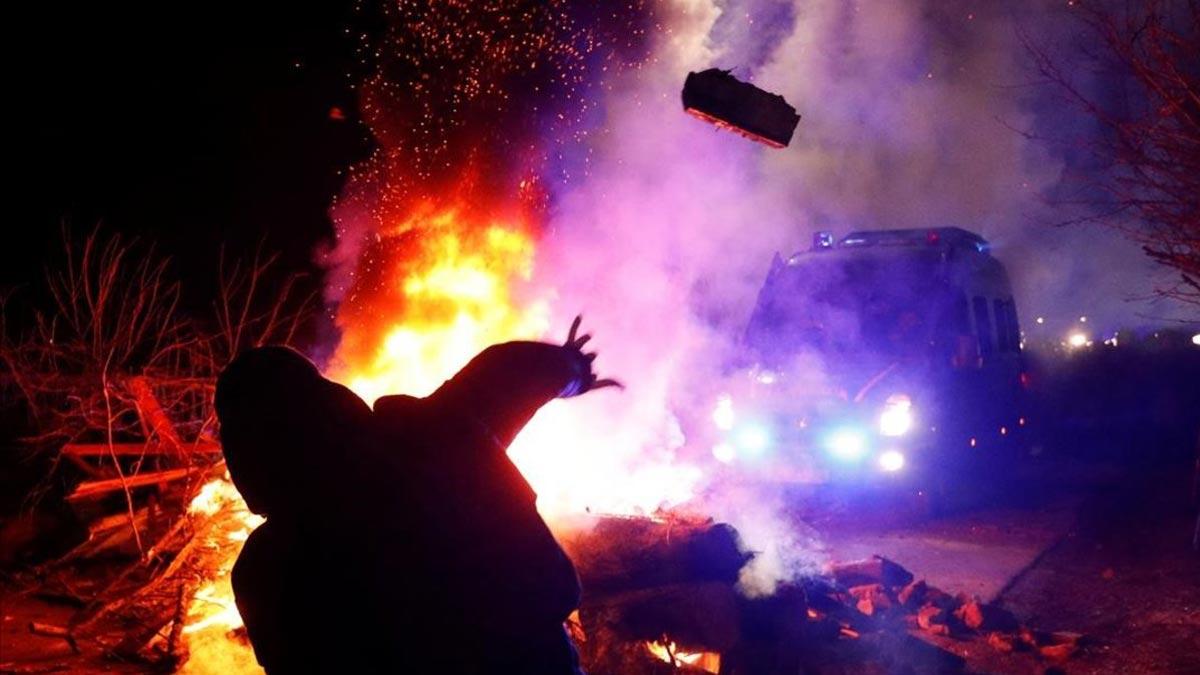 Atacados a pedradas autobuses en Ucrania con repatriados por el coronavirus.