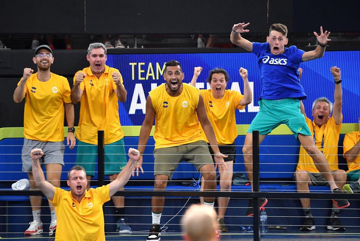 El banquillo de Australia celebra la clasificación.
