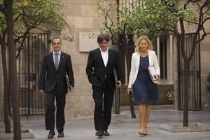 AVANZANDO Puigdemont (centro) y Munté se dirigen a la reunión del Govern.