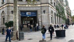 Colas ante la sede del Banco de España de la plaza de Catalunya, este jueves 5 de noviembre.