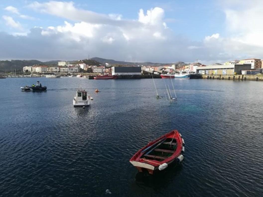 Un barco sin tripulación se hunde en Muxía cargado con 1.500 litros de gasoil