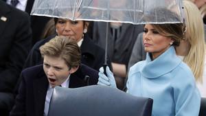 Barron Trump bosteza junto a su madre, Melania Trump, durante la toma de posesión de su padre.