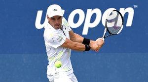 Bautista devuelve un revés durante el partido ante el kazajo Mikhail Kukushkin en la primera ronda del US Open.