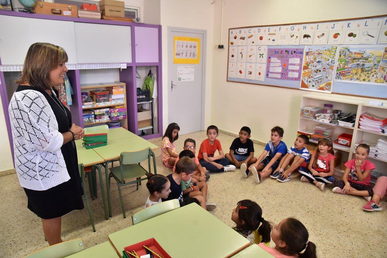 La alcaldesa de L'Hospitalet, Núria Marín, visita una escuela de la localidad.