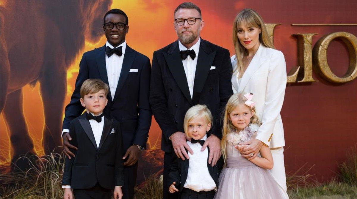 El director Guy Ritchie posa con su mujer y sus hijos en el estreno en Londres de 'El rey león'.