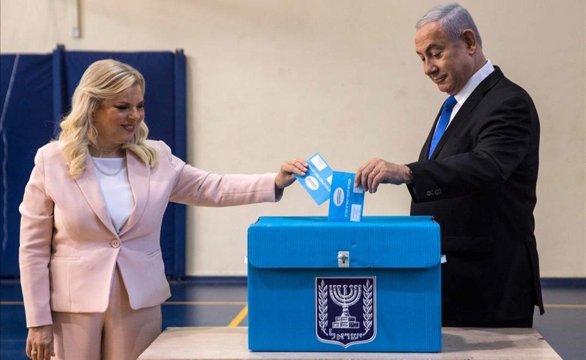 Binyamin Netanyahu y su esposa, Sara, depositan su voto en un colegio electoral de Jerusalén.