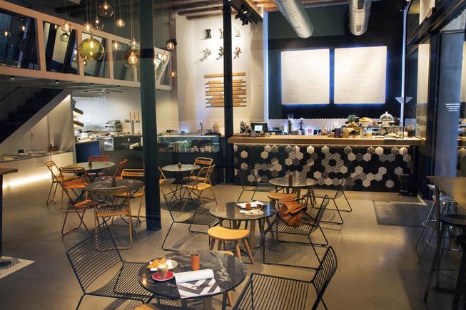 La sala de Black Remedy frente a la barra donde hacen cafés de especialidad.