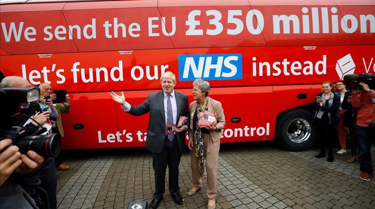Boris Johnson y el autobús de la campañía Vote Leave