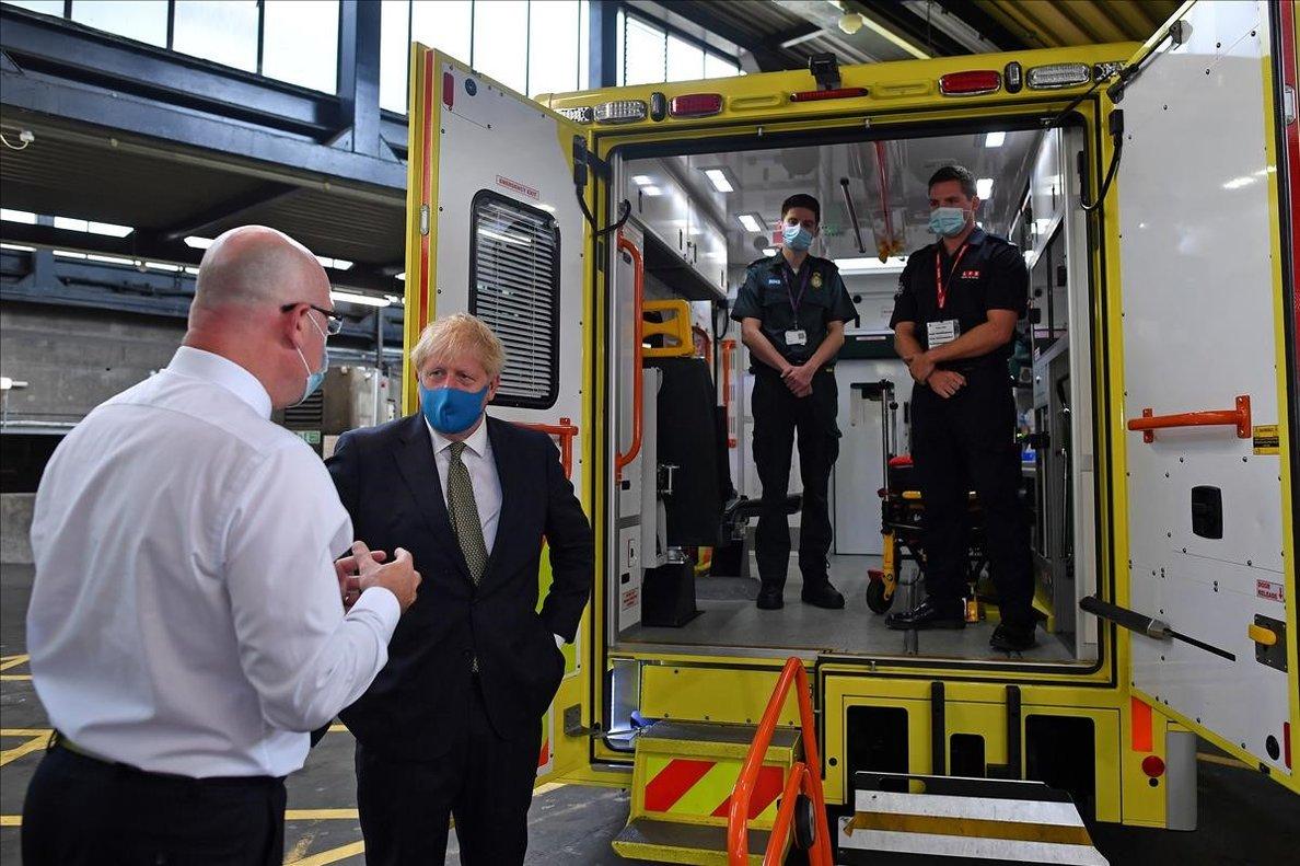 Boris Johnson habla con el responsable del servicio de ambulancias de Londres.