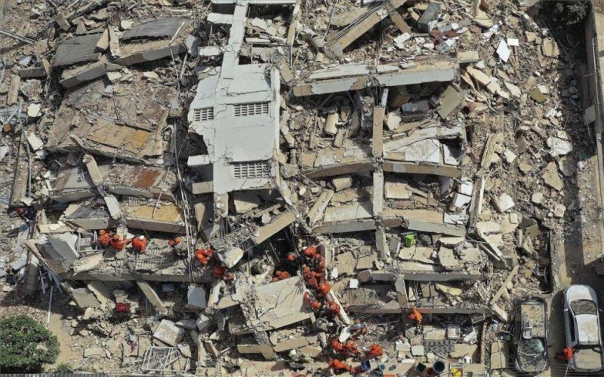 Labores de rescate entre los escombros de un edifico colapsado en Brasil.