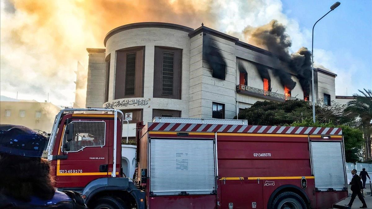 Un camión de bomberos, frente a la sede del Ministerio de Asuntos Exteriores libio, en Trípoli, este martes.