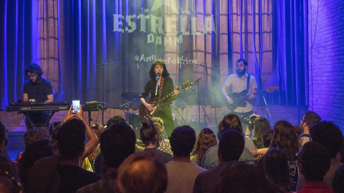 La cantante Núria Graham, en un momento de su actuación en la Antigua Fábrica de Estrella Damm por el Día de Sant Jordi.