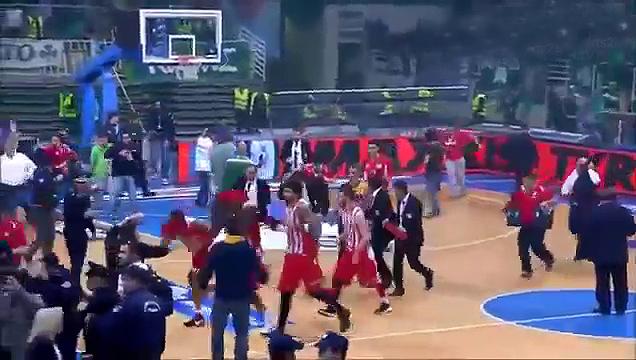 Los aficionados del Panathinaikos invaden la cancha y persiguen a los jugadores del Olympiacos a falta de 90 segundos.