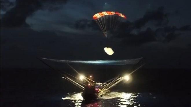 El carenado del Falcon 9 aterriza con paracaídas en un barco.