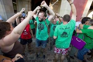 Macías (con barba) celebra frente al Parlament, en julio del 2015,la aprobación de la ley 24/2015, que se basó en una ilp apoyada entre otros por la PAH.