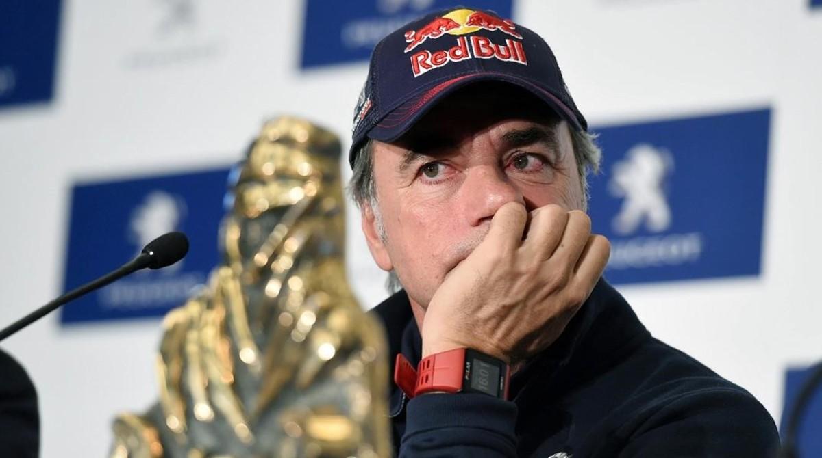 Carlos Sainz, pensativo, escucha una pregunta a su llegada a Madrid, con el trofeo de ganador del Dakar.