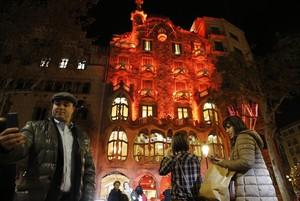 La Casa Batlló iluminada de rojo con motivo del DíaInternacional del Sida.